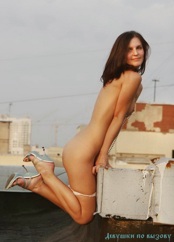 Талена - мастурбация члена грудью